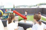 【屋上庭園の楽しみ方】ママのための屋上カフェ。ママ友を自宅に招いて、のんびりランチ。屋上ならお子様を自由に遊ばせながら、ゆっくりおしゃべりが楽しめますね。