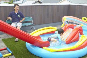 【屋上庭園の楽しみ方①】夏の定番!屋上プール。屋上プールなら人目も気にならず、パパもママもお子様と一緒に楽しめます。(屋上)