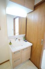 3面鏡を開けるとたっぷりの収納スペースがある洗面化粧台