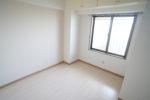 【洋室】約4.8帖の洋室 お掃除もラクチンなクッションフロアのお部屋(洋室)
