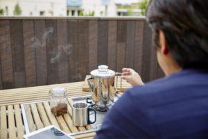 【屋上庭園の楽しみ方】屋上カフェでスローな休日を。開放感あふれる、屋上カフェ。休日はのんびりコーヒータイム。(屋上)