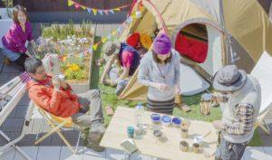 【屋上庭園の楽しみ方】仲間と一緒にアウトドア体験。澄んだ空気を感じながら、仲間と屋上アウトドア体験してみませんか?(屋上)