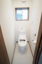 【トイレ】1階:便器も便座もお掃除ラクラクの一体型シャワートイレ。2階:シンプルデザインのスリムな陶器製タンク。(内観)