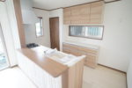 【キッチン】キッチンとお揃いのローボードが標準装備(キッチン)