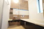 【バスルーム】一日の疲れを癒す、窓付きの明るいバスルーム。(バス)