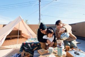 【屋上庭園の楽しみ方】家族で過ごす屋上時間。屋上に上がれば、五感で季節や時間の移り変わりを感じられ、家の中での窮屈さが解消!
